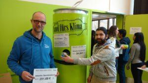 René Mahmood wirft eine Pfandflasche ein und leistet so einen (Umwelt)beitrag für das Göhlbachtal