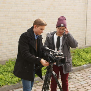 Leon Grabowski (links) und sein Assistent Anh Sang Tran stellen die Kamera ein.