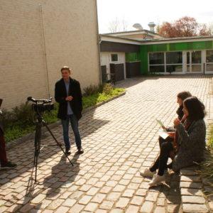 Leon Grabowski (rechts) und sein Assistent Anh Sang Tran befragen Lina Rademacher (hinten) und Celina Cruz (HH15C) für den Film.